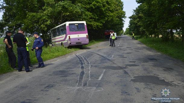 Автобус слетел с дороги и влетел в дерево: Много пострадавших