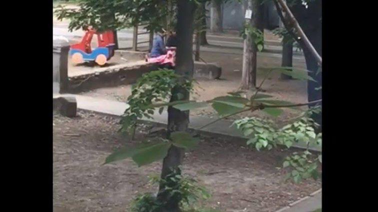 «Без стыда, на глазах у прохожих»: Парочка занялась с * ксом на дитячомусмайданчику возле жилых домов