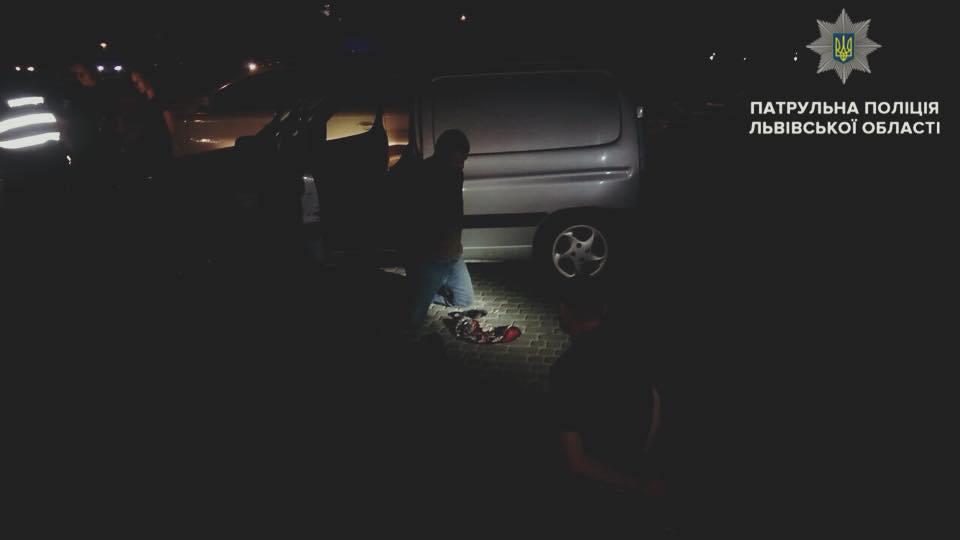 «Внезапно выскочил из авто, с чем-то металлическим в руках»: Во Львове неизвестные напали на патрульных