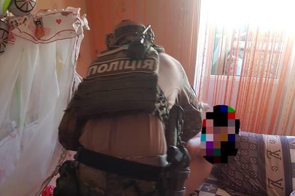 «Снимал и вылёживал в сеть непристойные видео»: Отец ради денег издевался над маленькой дочкой