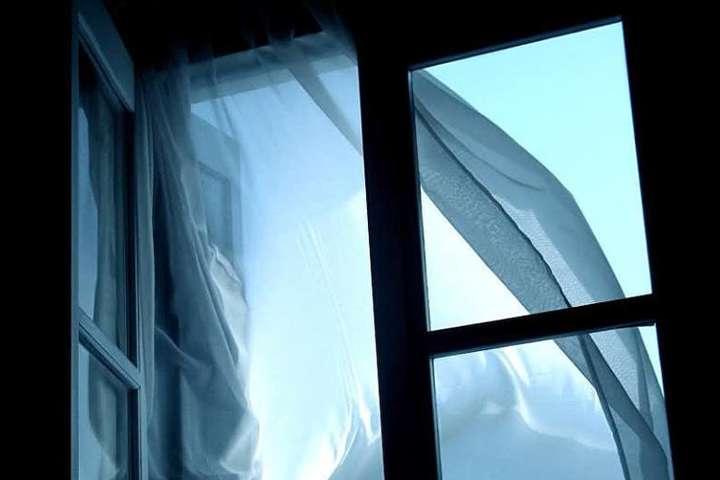 Родители не досмотрели: В Киеве из окна многоэтажки выпала семилетняя девочка