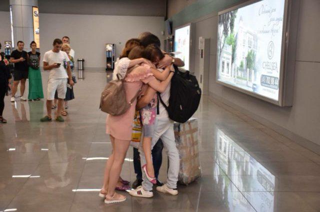 Со слезами на глазах: украинские пленные наконец вернулись домой (фото)