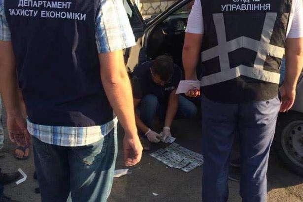 Требовал 50 тысяч гривен: В Запорожье на горячем задержали влиятельного чиновника