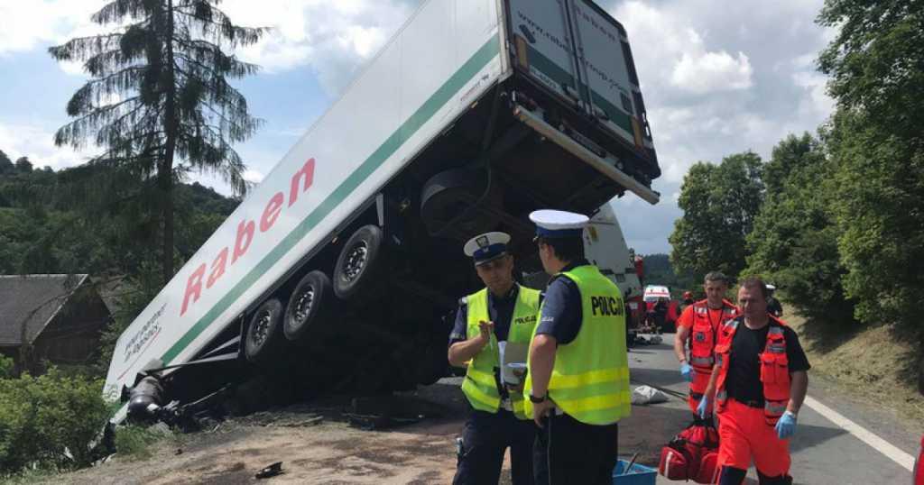 «По дороге к невесте.»: Автобус с женихом на большой скорости столкнулся с грузовиком, 13 погибших