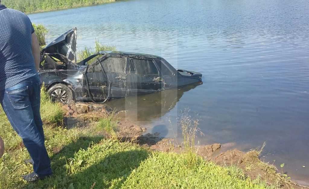 Семья с полуторагодовалым ребенком утонула прямо во сне: Автомобиль скатился в озеро