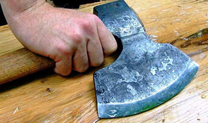 В Чернигове мужчина забил топором друга и жестоко порезал женщину