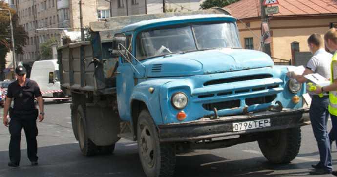 «Скрывался от дождя»: В Львовской области грузовик раздавил мужчину