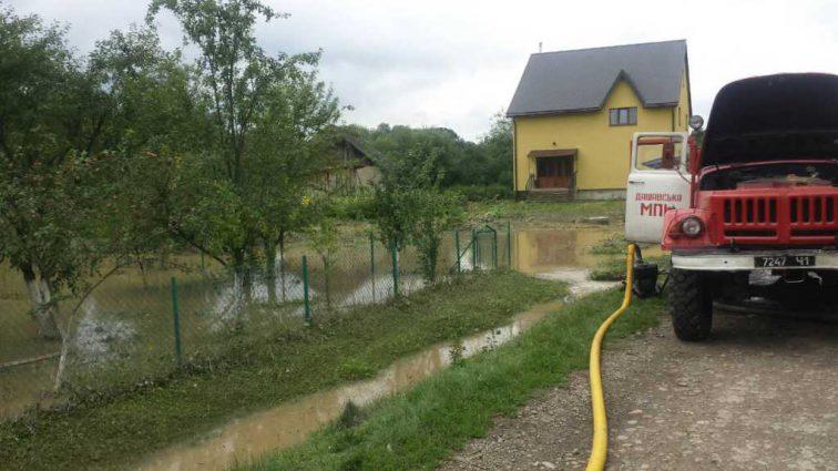 Повреждены дороги, дома, машины: Спасатели борются с последствиями подтопления на Львовщине
