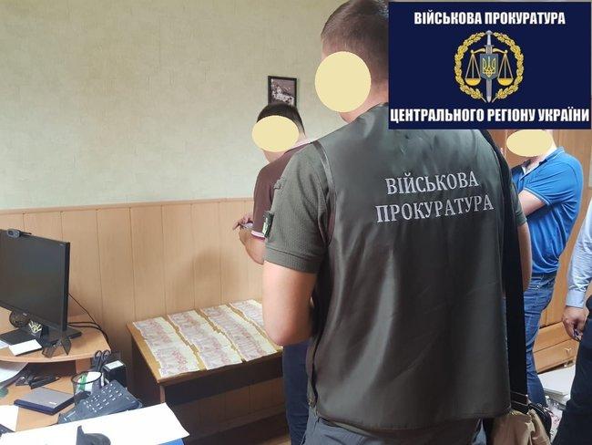 В Полтаве на получении взятки задержали чиновника Государственной исполнительной службы