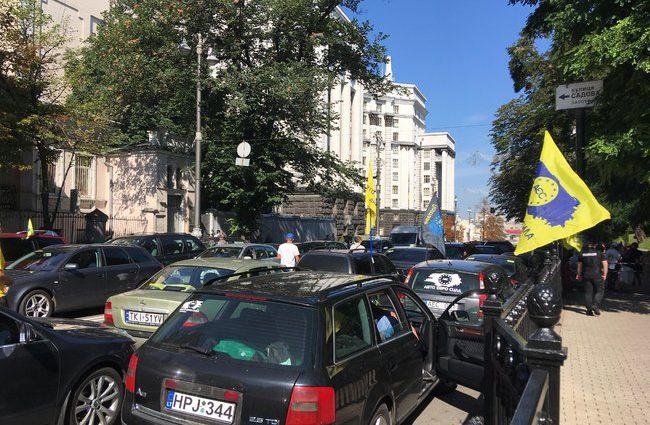 Митинг в разгаре, пикетчики «евроблях» продолжают отстаивать свои позиции и требуют изменений
