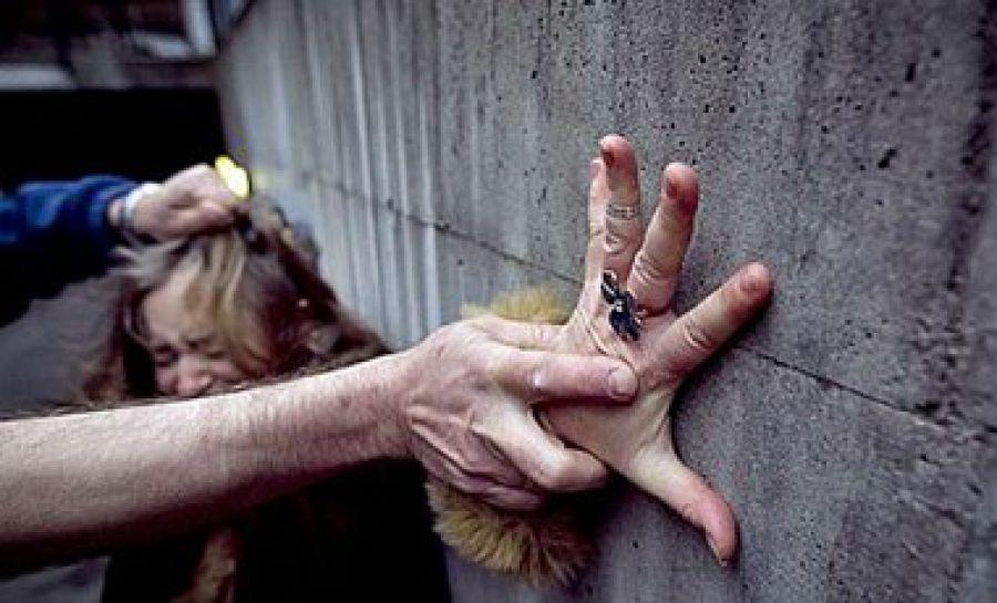 «Он предложил провести ее домой»: В Днепре мужчина жестоко изнасиловал и ограбил несовершеннолетнюю девушку