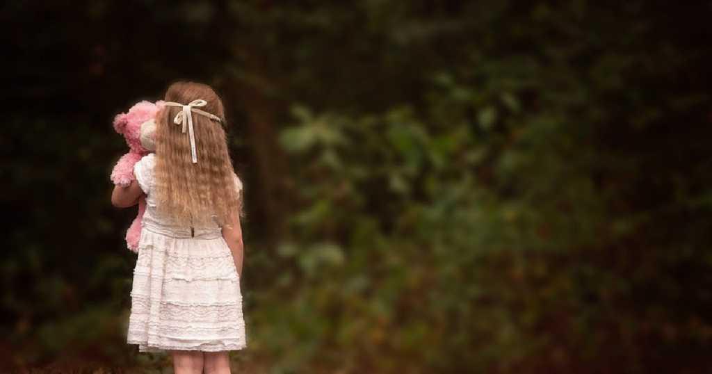 Заманил в кусты возле дома: Мужчина посреди белого дня изнасиловал маленькую девочку
