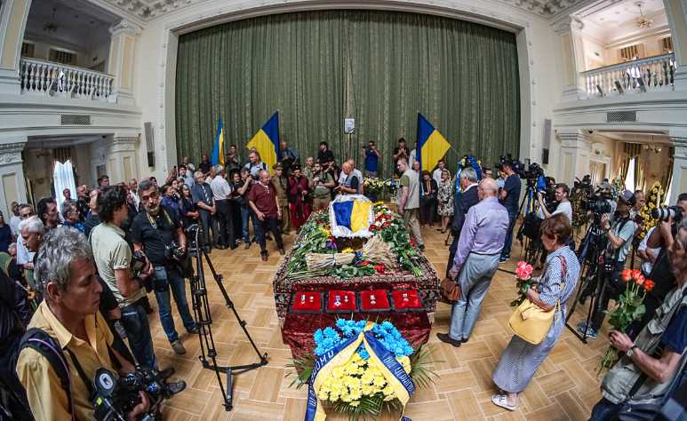 «Турчинов держится за сердце и Парасюк в поклоне»: Весь Киев прощается с Героем Украины Левко Лукьяненко (ФОТО)