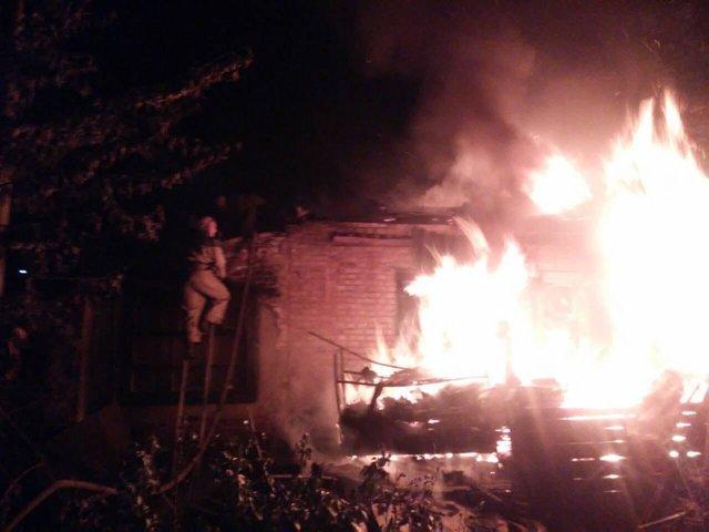 Пламя пытались преодолеть более 2 часов: В Запорожье произошел масштабный пожар