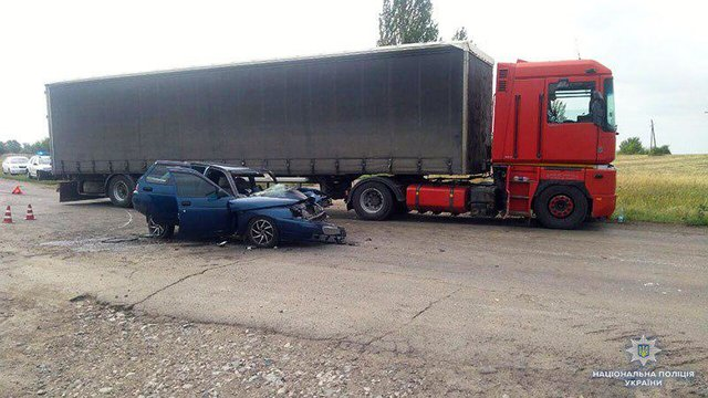 Жуткая ДТП в Донецкой области: Легковушка на большой скорости врезался в грузовик, есть жертвы