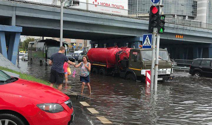 «Автомобили двигались по окна в воде»: В Сети показали последствия ливня в Киеве