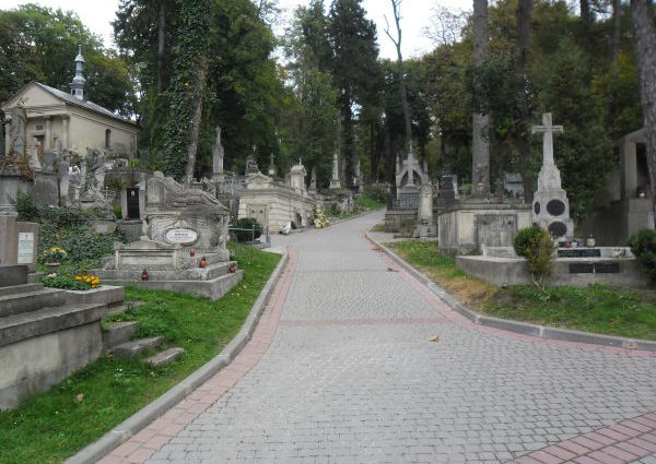 Гражданина Польши задержали за акт вандализма на военном кладбище во Львове