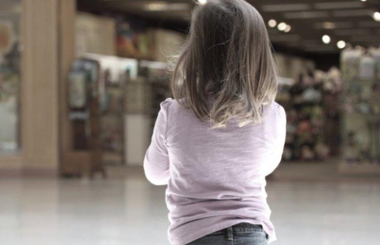 «Без денег и еды»: В Тернополе горе-мать оставила маленькую дочь на остановке, а сама поехала домой