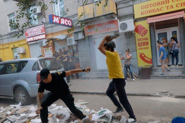 «Били и травили газом»: Появились новые подробности массовой драки граждан и полицейских в Днепре