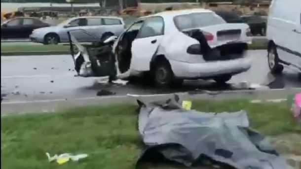 В Киеве два автомобиля на скорости столкнулись лоб в лоб, двое погибших