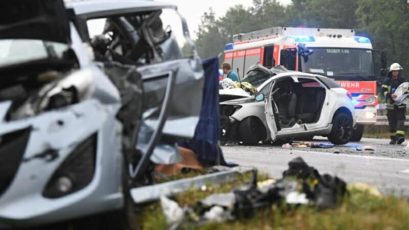 Жуткая авария в Германии: На мокрой трассе смяло десять автомобилей, есть жертвы