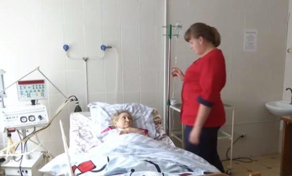 «Держали взаперти и морила голодом»: В Хмельницкой области соцработник жестоко издевалась над пенсионеркой, чтобы завладеть ее имуществом