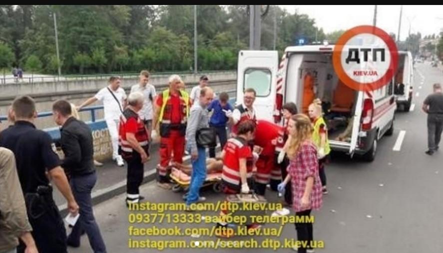 В столице авто влетело в людей на тротуаре: появились первые фото и видео
