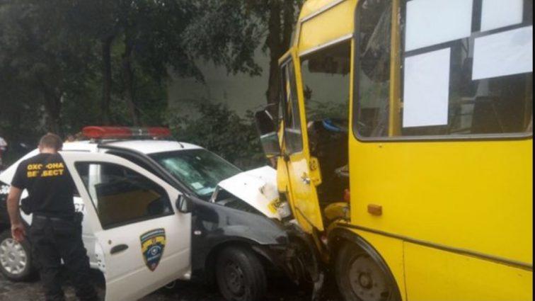 Во Львове столкнулись маршрутка и легковушка: пострадали дети