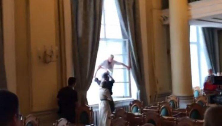 «На такие действия побудило отчаяние»: Во Львове стоматолог угрожала выпрыгнуть из окна сессионного зала