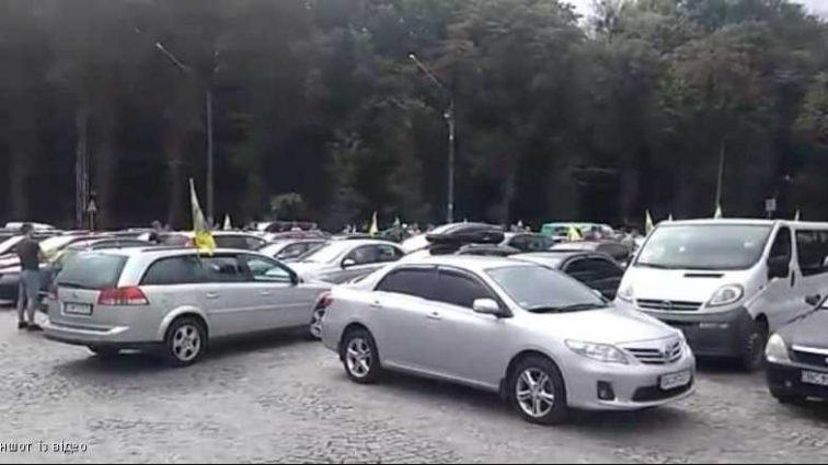 Десятки автомобилей заполонили улицу: во Львове активисты требуют переизбрать руководителя таможни