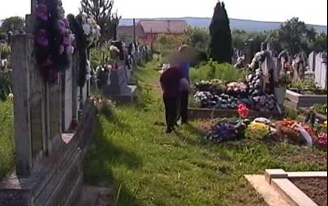 «Могилы стали для детей песочницами, а похороны — развлечением» Удивительная история о детях-маугли, что живут на кладбище