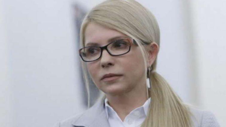 Страстный поцелуй с неизвестным: Тимошенко заметили в аэропорту