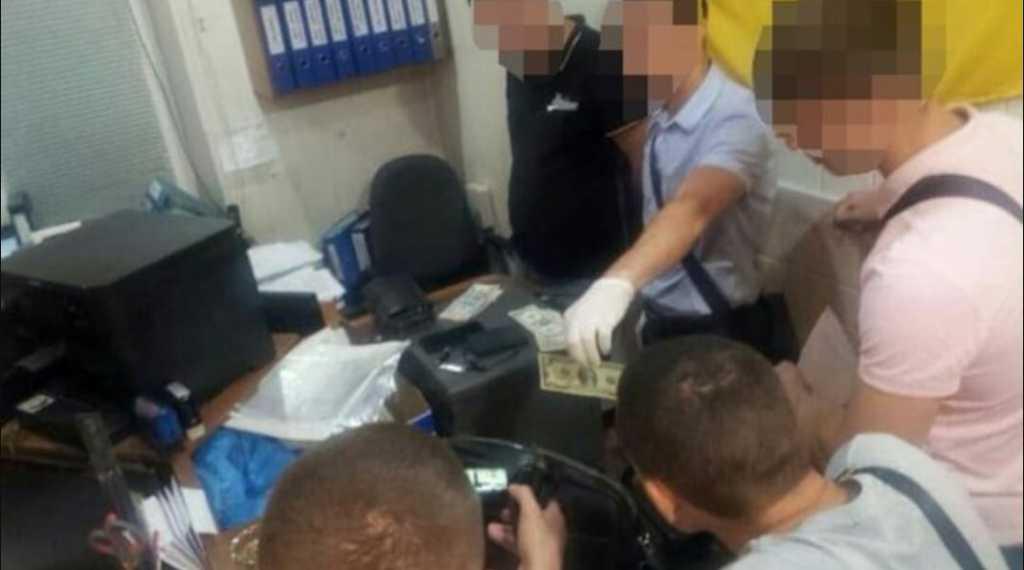 Требовал 1000 долларов за справку: СБУ задержала копа-взяточника