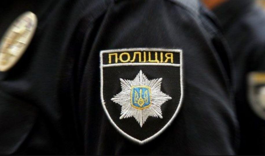 Поволок за машиной двух полицейских: в Сети остро обсуждают наглую выходку