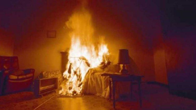 Пытались сжечь заживо всю семью: неизвестные бросили «коктейль Молотова» прямо в кровать супругов