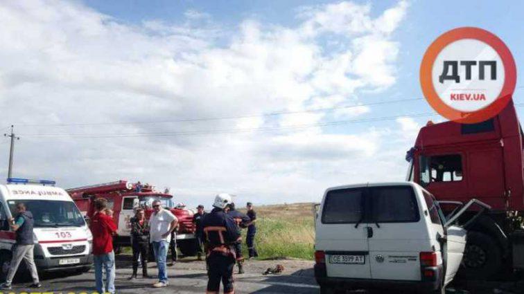 «Двое погибли мгновенно. Двое еще дышали, но …»: На западе Украины произошло масштабное ДТП