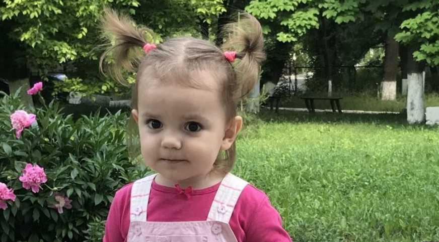 «Из-за неадекватное лечение потеряла слух»: Помогите маленькой Алисе вновь услышать голос мамы