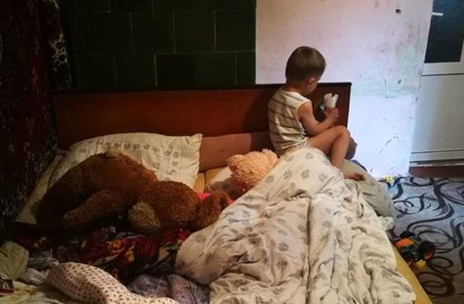 «Морили голодом и постоянно оставляли дома одного»: На Буковине горе-родители издевались над 5 летним сыном
