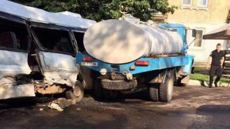 В Львовской области автобус на скорости столкнулся с молоковозом, среди пострадавших есть ребенок