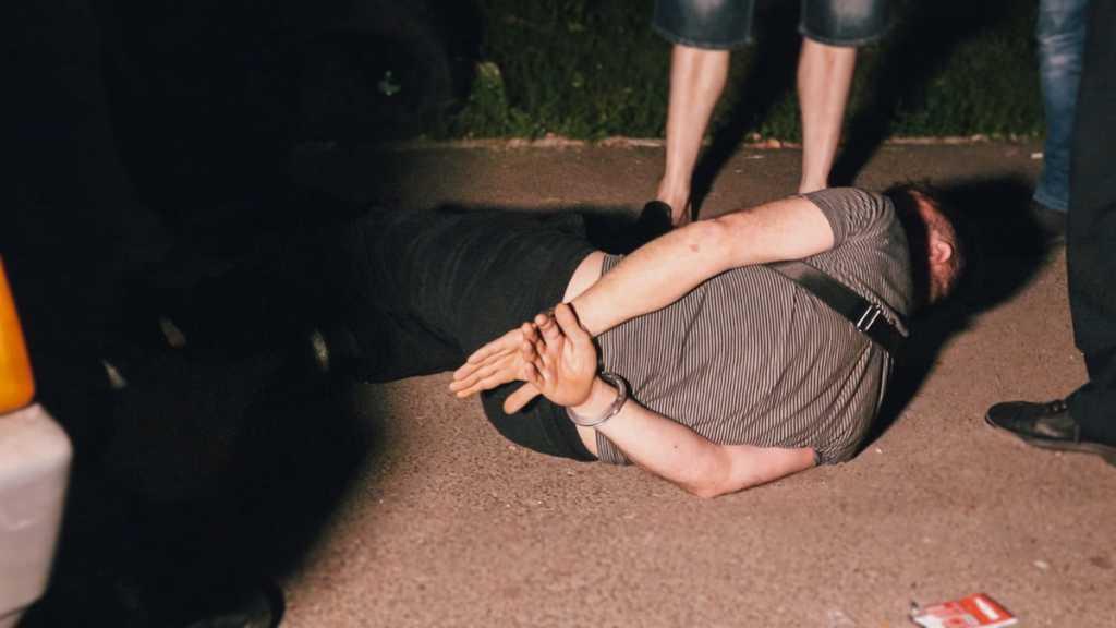 «Кричали и бросались на патрульных»: В Киеве пьяная компания, которая попала в ДТП устроила разборки с полицией (видео)