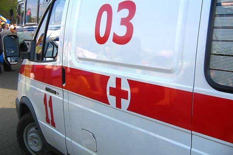 «Стоял на коленях, а потом упал и умер»: У железнодорожного вокзала во Львове внезапно умер мужчина