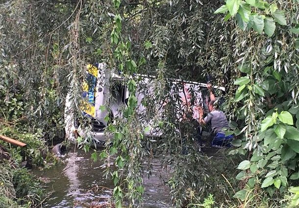 «Гнали за мопедом»: Под Киевом автомобиль патрульной полиции взлетел в реку
