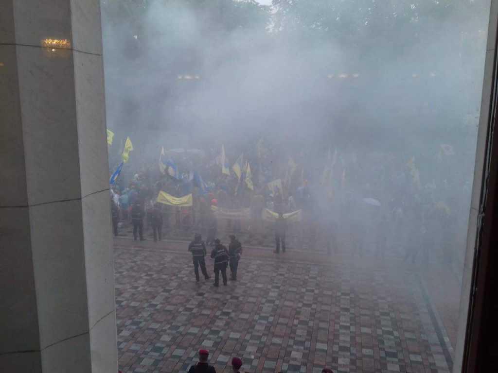 Верховная Рада в дыму: митингующие на «евробляхах» пошли в наступление
