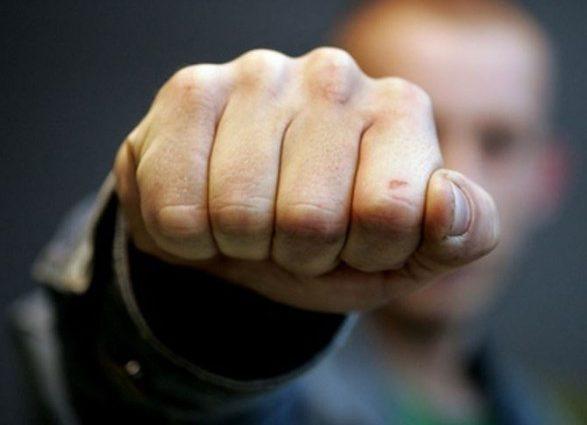 «Нецензурно ругался и угрожал»: Под Киевом неадекватный водитель маршрутки жестоко избил полицейского