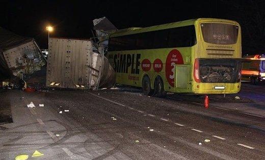 «Водитель уснул за рулем»: Грузовик на скорости врезалась в автобус с детьми