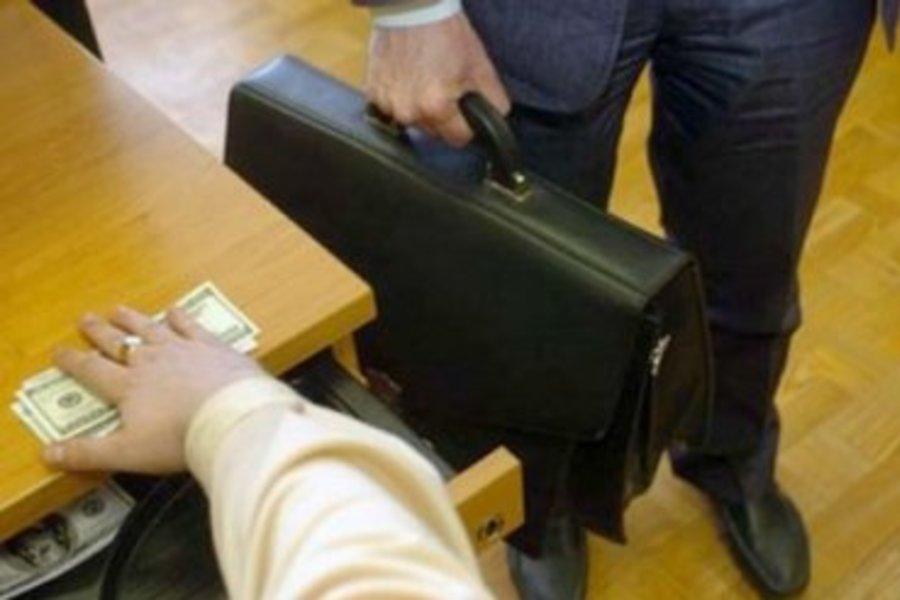 «Взятка в 150 тысяч долларов»: Скандального прокурора восстановили в должности