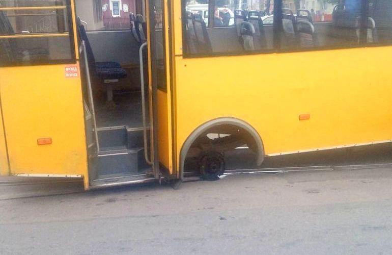 Едва не отправились на тот свет: в Сети становится известным видео ЧП с пассажирским автобусом