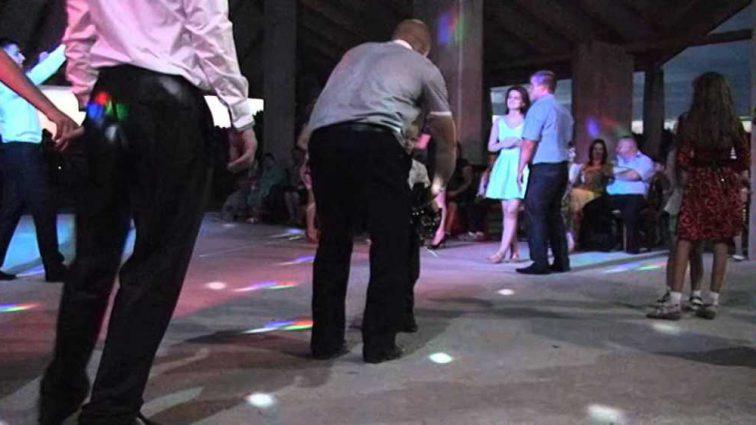Прямо за праздничным столом: шесть человек провалились сквозь землю на свадьбе