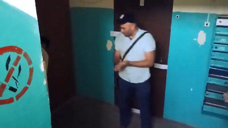 Коллекторы нагло ворвались в квартиру пенсионерки: странное видео громко обсуждают в Сети