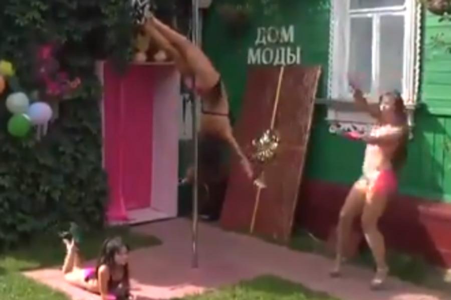 «На фоне крышки гроба»: Детский стриптиз в русской деревне озадачил сеть